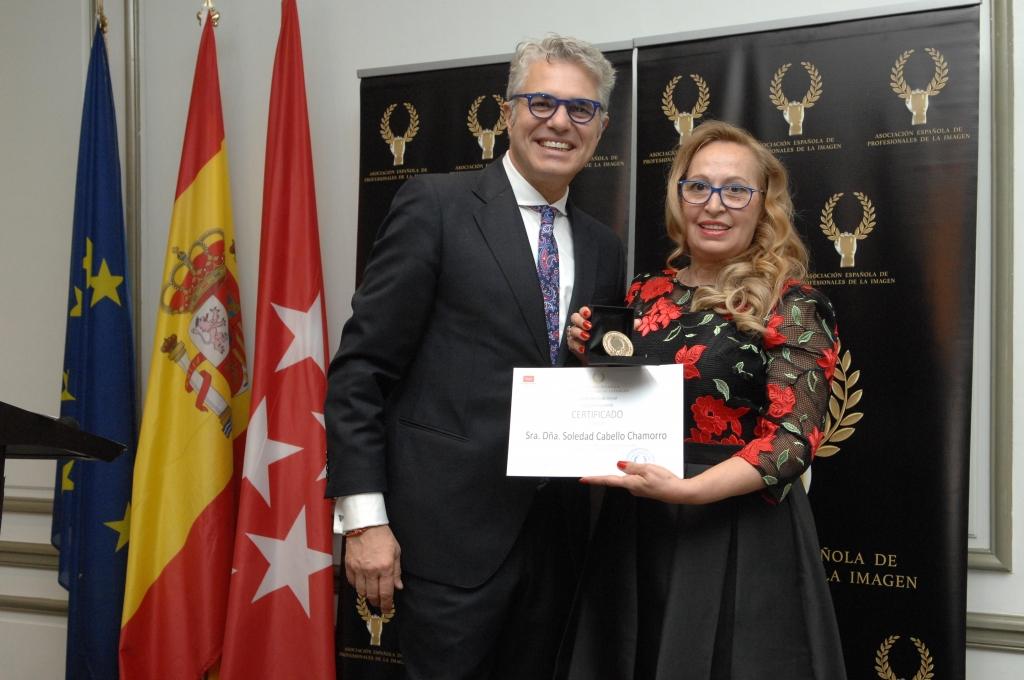 recibiendo la medalla de oro de la asociacion española de los profesionales de la imagen con agustin bravo